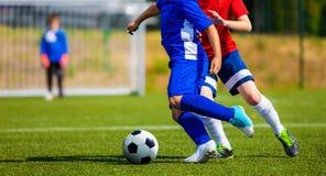 Fósforo de futebol no passo Meninos na sessão de formação do futebol Imagens de Stock Royalty Free