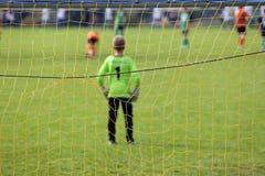 Fósforo de futebol novo do jogo dos meninos Fotografia de Stock
