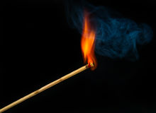Fósforo no incêndio com fumo Foto de Stock Royalty Free