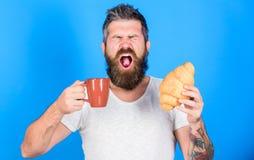 Fósforo perfeito Manhã do começo do homem com xícara de café e o croissant fresco Conceito da tradição da manhã Mas primeiro café fotos de stock royalty free