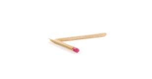 Fósforo quebrado solitário com cabeça de fósforo cor-de-rosa no fundo branco Foto de Stock Royalty Free