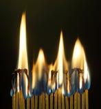Fósforos ardentes contra o fundo escuro Foto de Stock Royalty Free