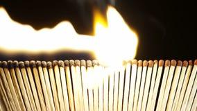 Fósforos ardentes na obscuridade video estoque