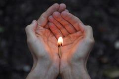 Fósforos ardentes nas mãos A chama dos fósforos que apontam ao ascendente Fotos de Stock Royalty Free