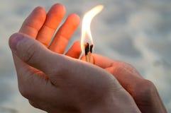 Fósforos ardentes nas mãos A chama dos fósforos que apontam ao ascendente e esquerdo Fotografia de Stock Royalty Free
