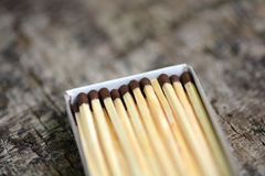 Fósforos de madeira em uma caixa, fim acima Foto de Stock Royalty Free