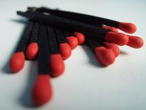 Fósforos pretos com cabeças vermelhas imagens de stock royalty free