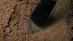 Fósil de excavación de la garra del dinosaurio almacen de metraje de vídeo
