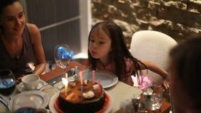Födelsedag av lite flickan på den tabellmodern och farmodern lager videofilmer