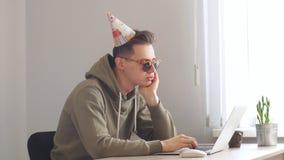 Födelsedag av programmeraren Affärsman som arbetar på en bärbar dator på hans födelsedag stock video