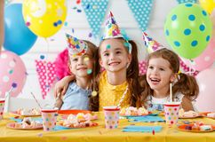Födelsedag för barn` s lyckliga ungar med kakan Royaltyfria Bilder