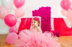 födelsedag först Behandla som ett barn i fluffig rosa färgkjol, med ballonger och en bi Royaltyfri Bild