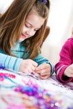 Födelsedag: Gullig flicka som gör födelsedaghantverket royaltyfri bild
