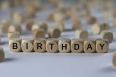 Födelsedag - kub med bokstäver, tecken med träkuber royaltyfria foton