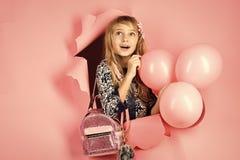 Födelsedag lycka, barndom, blick Unge med ballonger, födelsedag Liten flicka med frisyrhållballonger Skönhet och arkivfoton