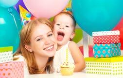 Födelsedag mamma dotter, ballonger, kaka, gåvor Arkivbild