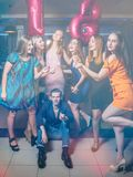 Födelsedag med vänner Lycklig 18th i klubba Royaltyfria Bilder