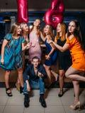 Födelsedag med vänner Lycklig 18th i klubba Arkivfoton