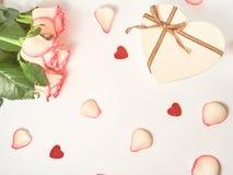 Födelsedag moder, valentin, kvinnor, begrepp för gifta sig dag Rosa sammansättning för festligt blommaengelska på den vita bakgru royaltyfri bild