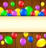 Födelsedagbakgrund med ballonger och ställe för text på träbakgrund Vektor Illustrationer