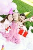 födelsedagbarn party utomhus s Arkivbild