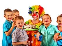 Födelsedagbarnclown som spelar med barn Ungeferie bakar ihop celebratory Arkivfoto