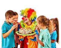 Födelsedagbarnclown som spelar med barn Ungen bakar ihop celebratory Royaltyfri Fotografi