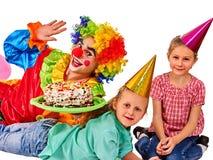 Födelsedagbarnclown som spelar med barn Ungen bakar ihop celebratory Arkivbild