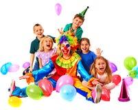 Födelsedagbarnclown som spelar med barn Ungen bakar ihop celebratory Royaltyfri Bild