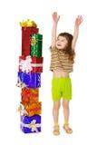 födelsedagbarnet tycker om hans gåvor mycket Royaltyfria Foton