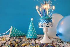 Födelsedagbegrepp med muffin och stearinljus på trätabellen Royaltyfri Bild
