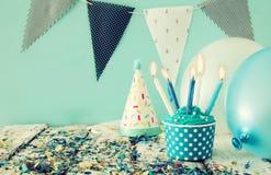 Födelsedagbegrepp med muffin och stearinljus på trätabellen Royaltyfri Fotografi