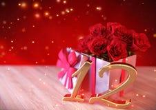 Födelsedagbegrepp med röda rosor i gåva på träskrivbordet 12th 3d framför Royaltyfria Foton