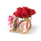 Födelsedagbegrepp med röda rosor i gåva på vit bakgrund tionde 10th 3d framför Arkivfoton