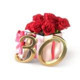 Födelsedagbegrepp med röda rosor i gåvan som isoleras på vit bakgrund trettionde 30th 3d framför Royaltyfri Fotografi