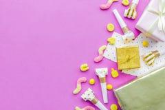 Födelsedagbegreppet med gåvor, hälsningkort och partiet visslar nolla arkivbild