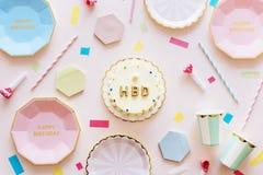 Födelsedagberöm med kakan och plattor Royaltyfri Bild