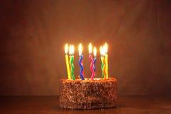 Födelsedagchokladkaka med mycket brinnande stearinljus Royaltyfri Bild