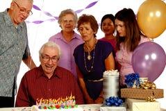 födelsedagdeltagarepensionär Arkivbild