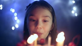 Födelsedagen av lilla flickan blåser hon ut stearinljus på kakan bakgrundsbokehmusik bemärker tematiskt arkivfilmer