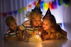 födelsedagen lurar deltagaren Stearinljus för barnslagkaka royaltyfria foton