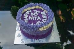 födelsedagkaka för th som 50 göras ut ur purpurfärgade sötpotatisar Arkivbild