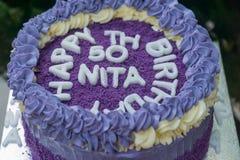 födelsedagkaka för th som 50 göras ut ur purpurfärgade sötpotatisar Arkivfoto