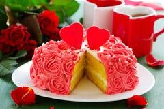 Födelsedagkaka för valentin dag arkivfoton