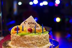 Födelsedagkaka med ÅRSDAGEN 50 för inskrift S Royaltyfri Bild