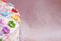 Födelsedagkaka med blommor och stänk Fotografering för Bildbyråer