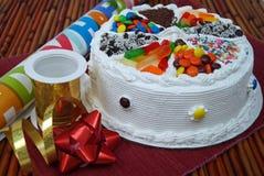 Födelsedagkaka med godisen Arkivbilder