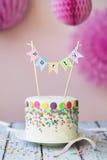 Födelsedagkaka med partibanret Arkivfoto