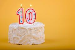 Födelsedagkaka med tio på den i stearinljus Arkivfoto