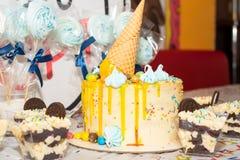 Födelsedagkaka och sötsaker för ferietabell Arkivbilder